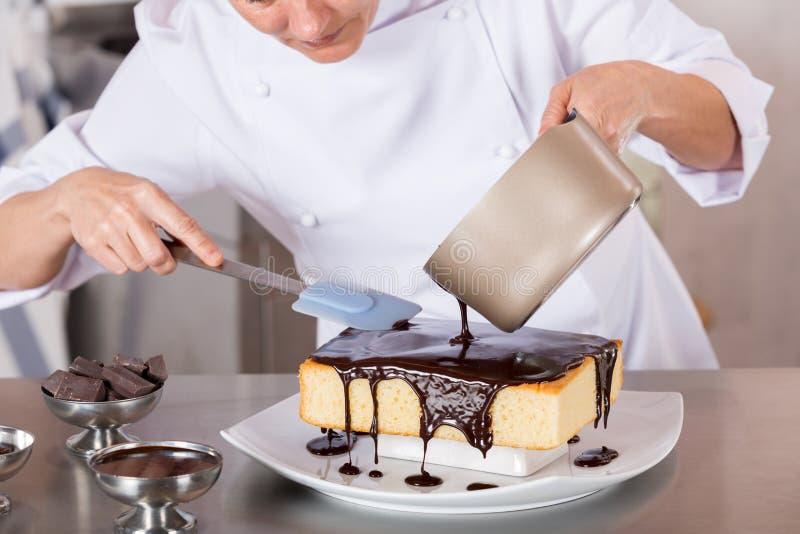 Chef de repostería en la cocina imágenes de archivo libres de regalías