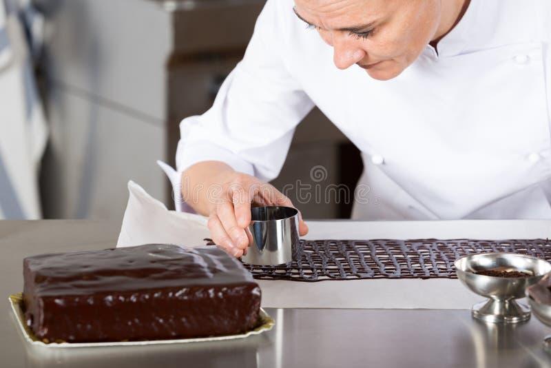 Chef de repostería en la cocina imagenes de archivo