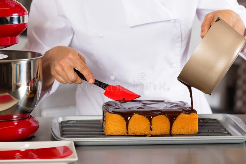 Chef de repostería en la cocina imagen de archivo