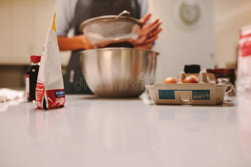 Chef de repostería que prepara la torta imagen de archivo libre de regalías