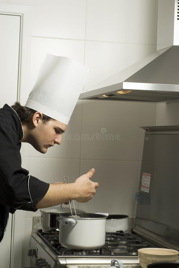 Chef, der auf Ofen kocht lizenzfreie stockfotos