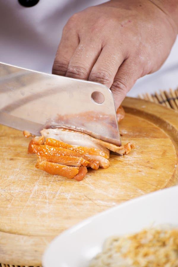 Chef, der Brathähnchen für das Kochen der Nudel hackt lizenzfreie stockfotos