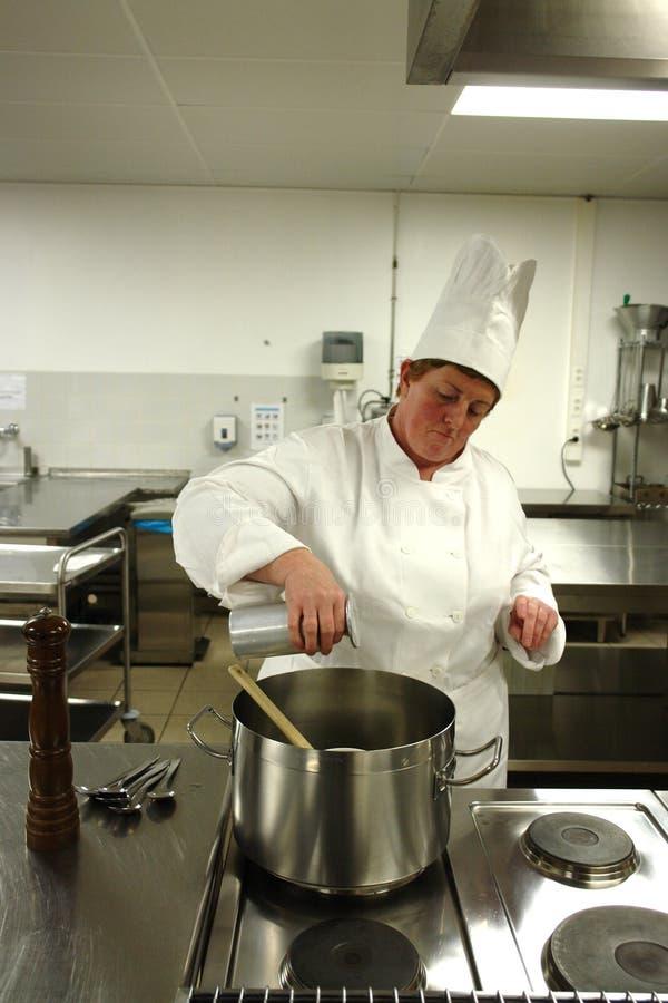 Chef, der in der Küche kocht stockfoto