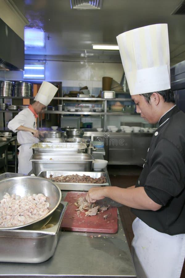 Chef, der an der Küche kocht stockfotografie