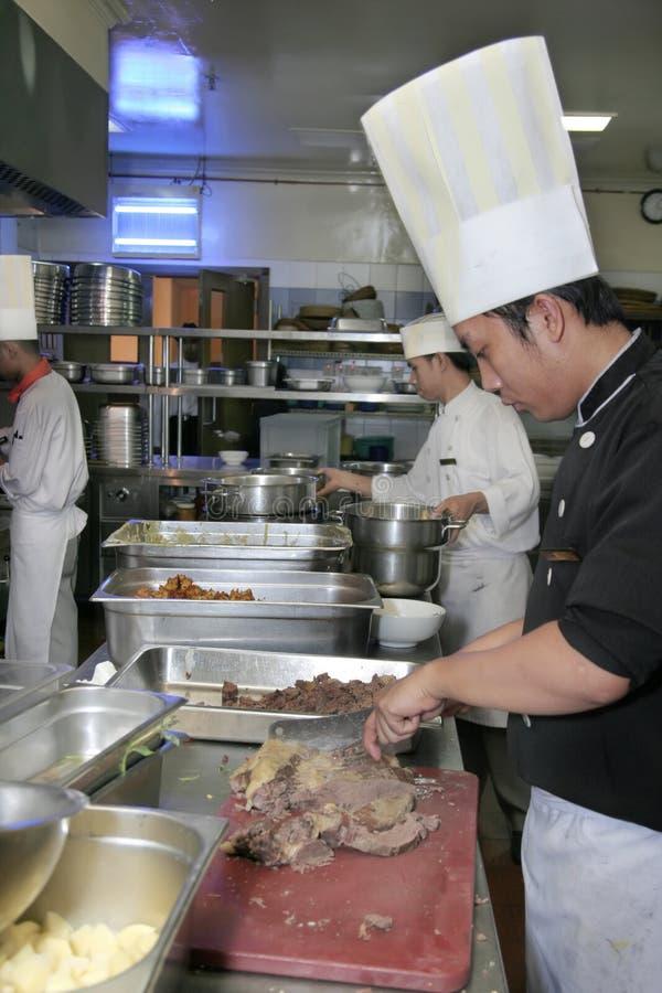 Chef, der an der Küche kocht lizenzfreie stockfotos