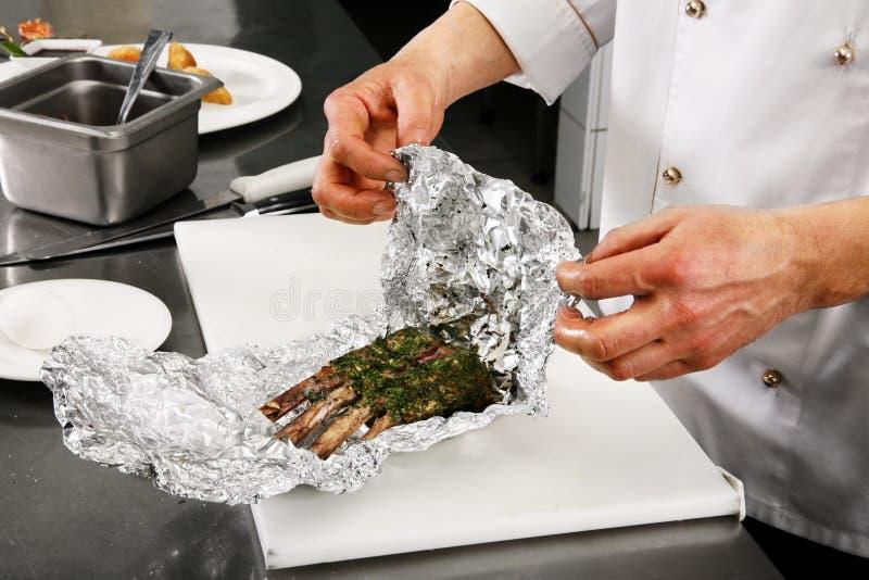 Chef, der Fleisch zubereitet lizenzfreies stockbild