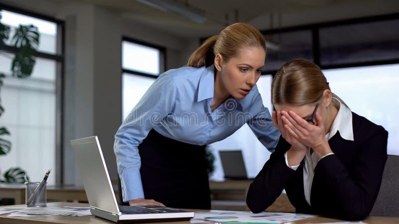 Chef, der am frustrierten Angestellten, an der Einschüchterung und am emotionalen Missbrauch bei der Arbeit schreit lizenzfreies stockfoto