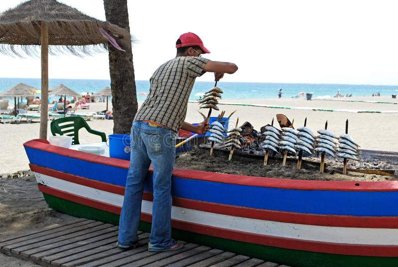 Chef, der Sardinen, Estepona, Spanien kocht. stockfotos