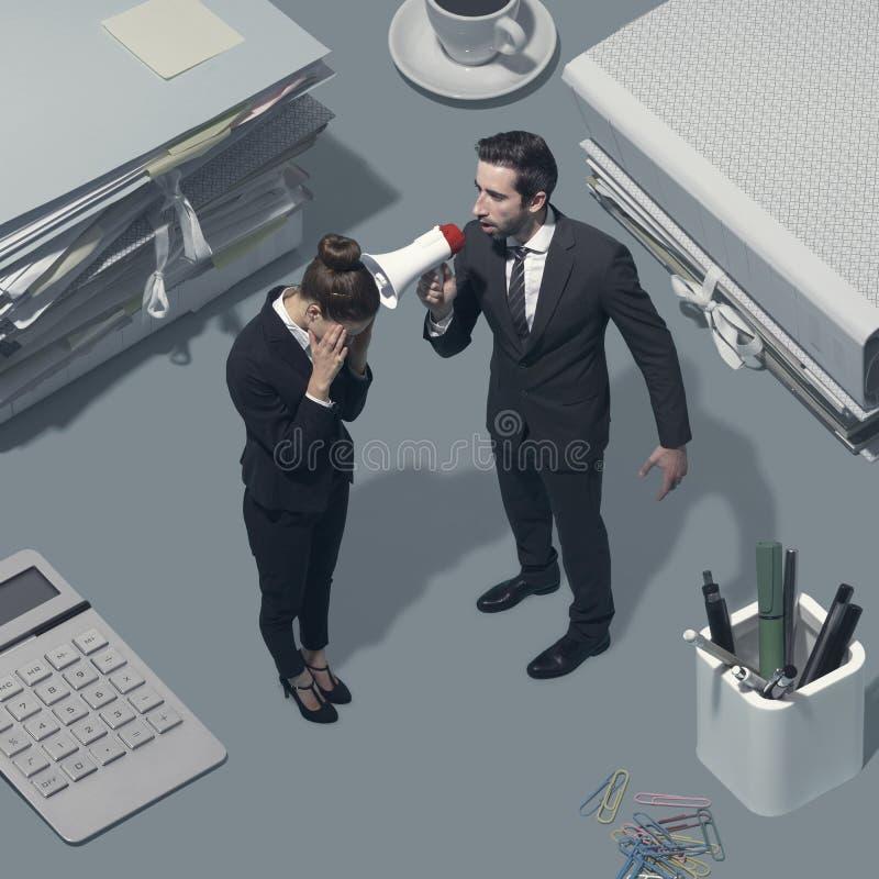 Chef, der an seinem Angestellten mit einem Megaphon schreit lizenzfreie stockfotos