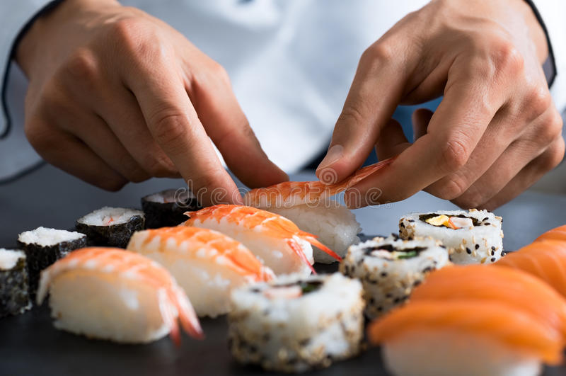 Chef, der Sushi zubereitet stockfotografie
