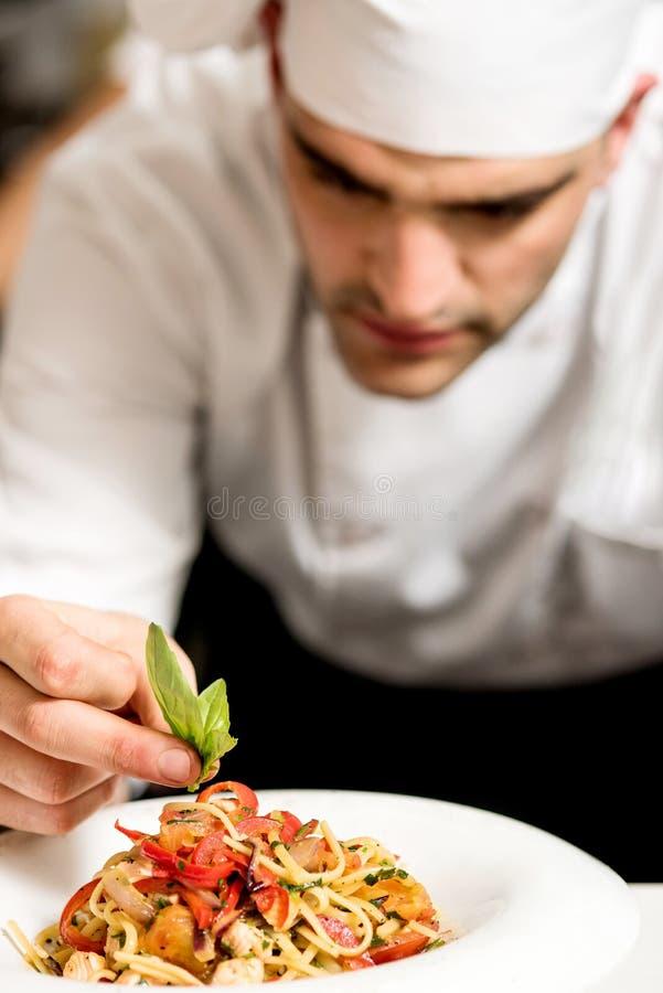Chef, der Teigwaren schmückt stockfoto