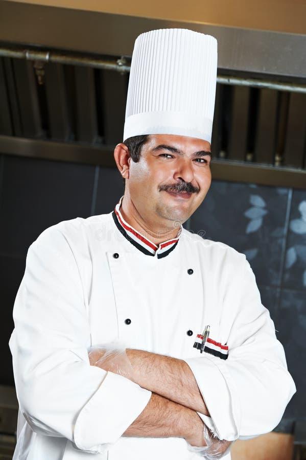 Chef in der Uniform an der Küche stockfotos