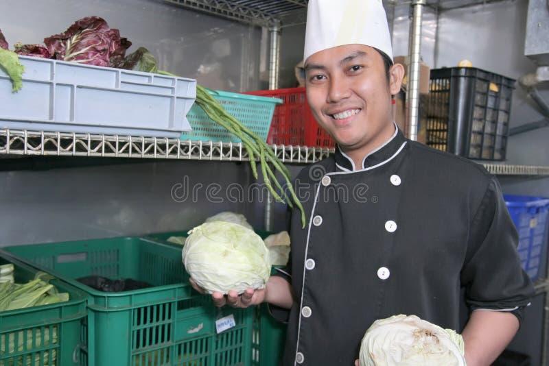 Chef in der vagetable Speicherung stockbild