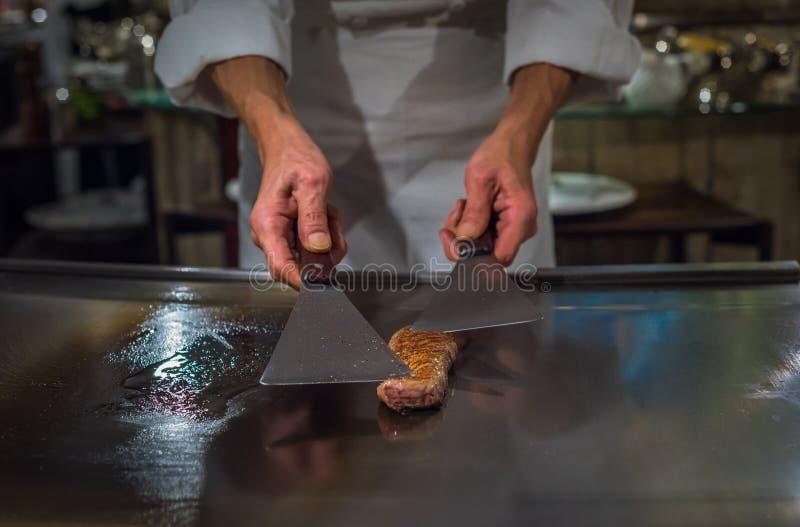 Chef, der wagyu Rindfleisch in japanischem teppanyaki Restaurant, Tokyo kocht stockbild