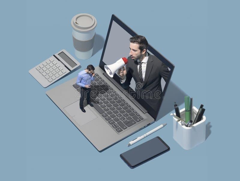 Chef, der zu einem Angestellten verwendet ein Megaphon schreit lizenzfreie stockfotografie