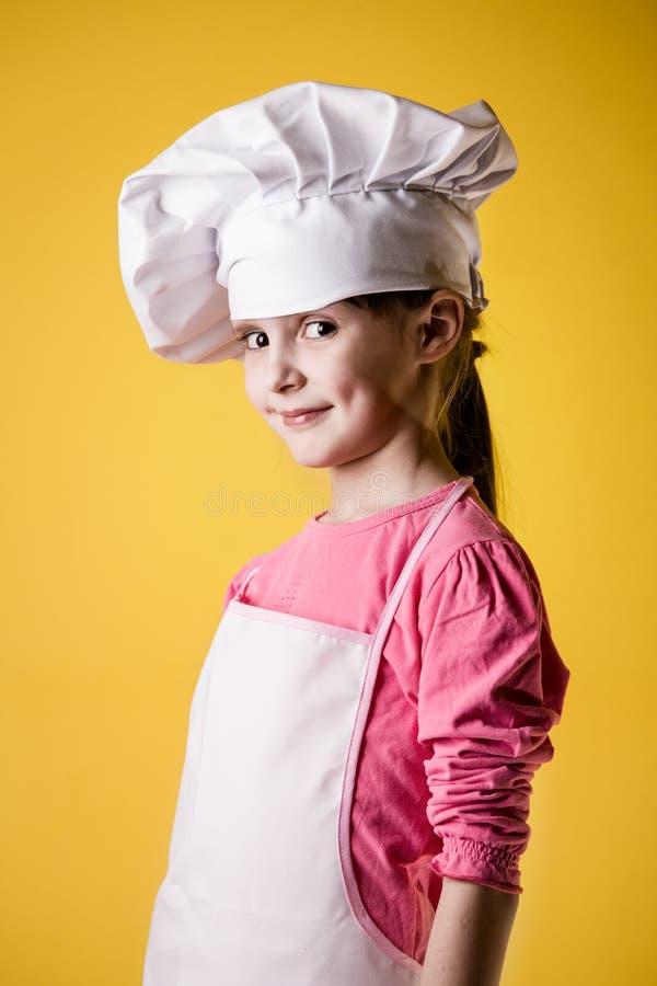 Chef des kleinen Mädchens in der Uniform lizenzfreies stockbild