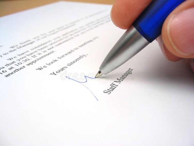 Chef du personnel signant une lettre photographie stock