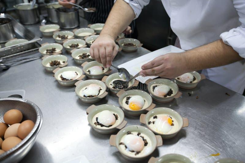 Chef erhalten weich gekocht Eier auf der weißen Platte, die auf keramische Schüssel gesetzt wird stockbilder