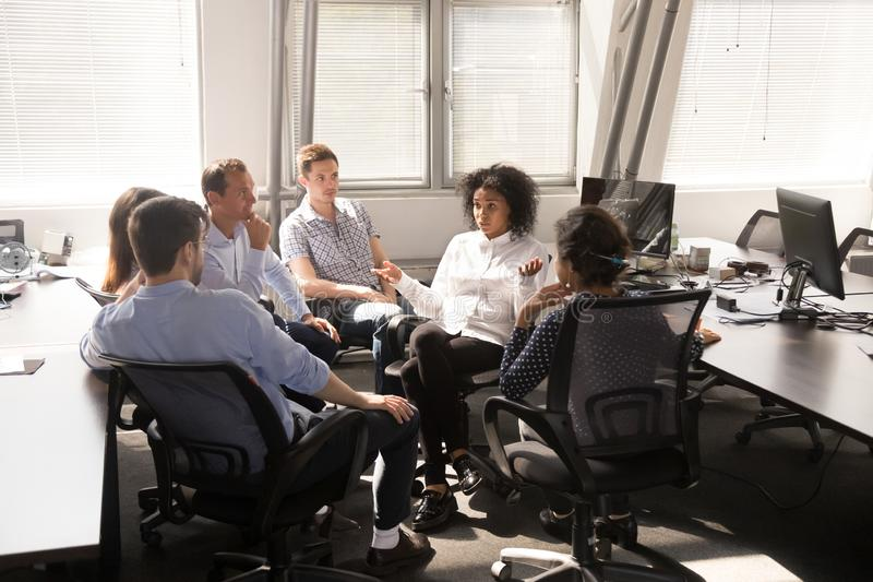 Chef féminin d'afro-américain, entraîneur parlant avec des employés photos libres de droits