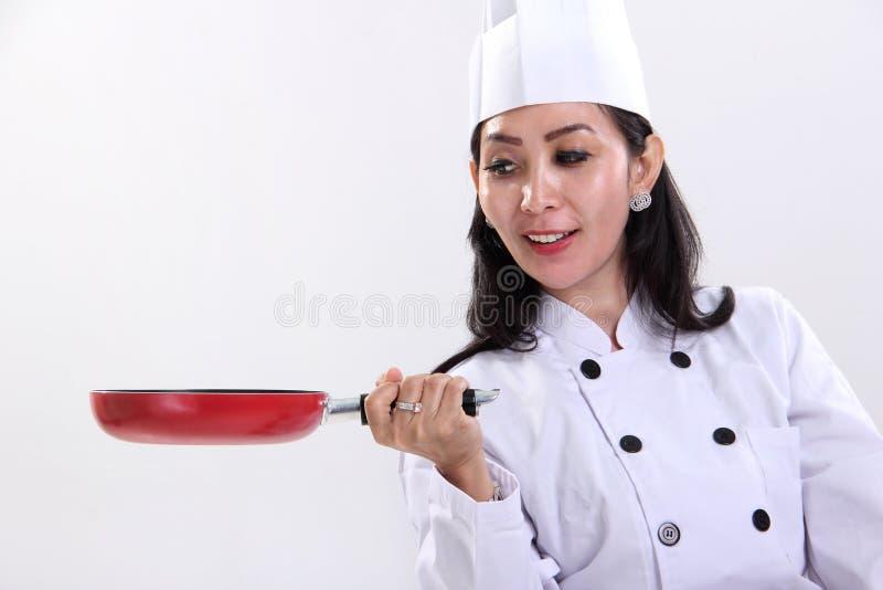 Chef féminin et sa poêle photo stock