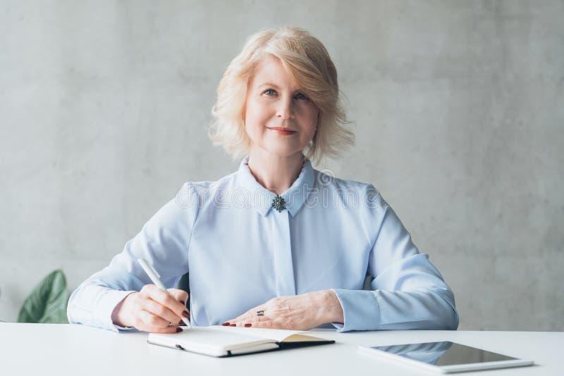 Chef féminin réussi de technologie moderne photographie stock