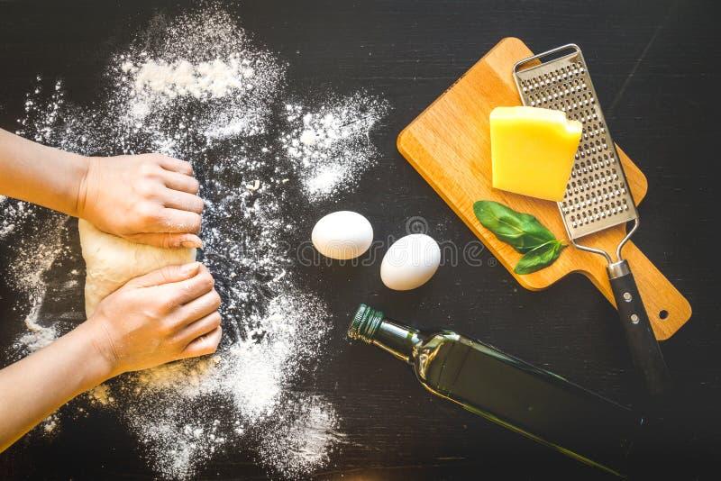 Chef faisant cuire la vue supérieure de pâtes sur le fond foncé photo libre de droits