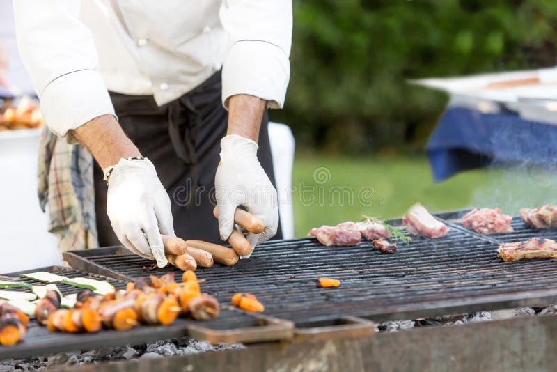Chef faisant cuire le gril de viande images stock