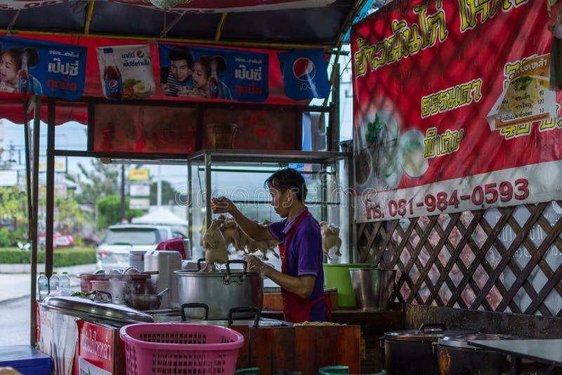 Chef faisant cuire un riz cuit à la vapeur avec du potage au poulet photographie stock libre de droits