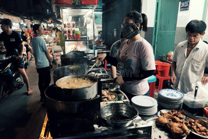 Chef faisant le riz de poulet pour des wagon-restaurants au restaurant à la rue de nourriture de nuit images stock