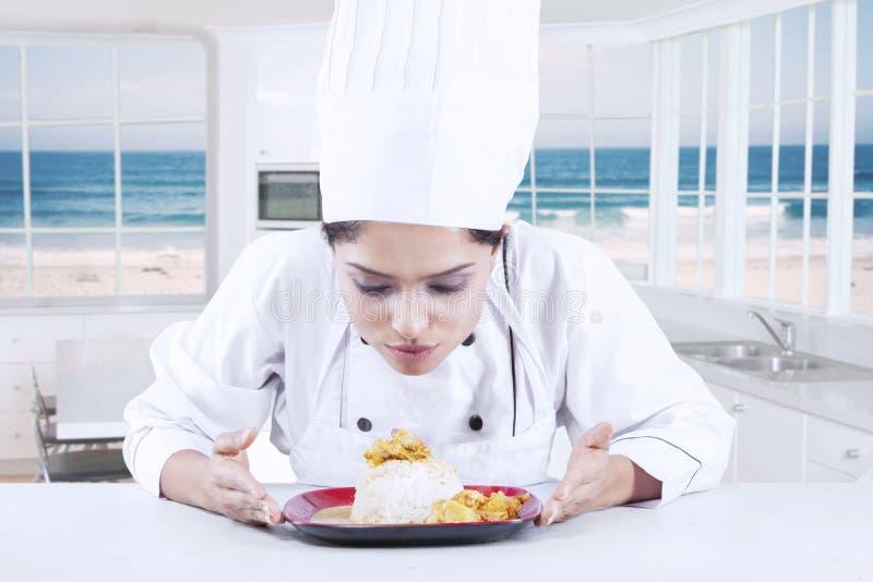 Chef Finishing ein Teller auf Platte lizenzfreies stockbild