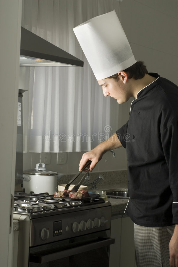 chef grilling steaks στοκ εικόνα με δικαίωμα ελεύθερης χρήσης