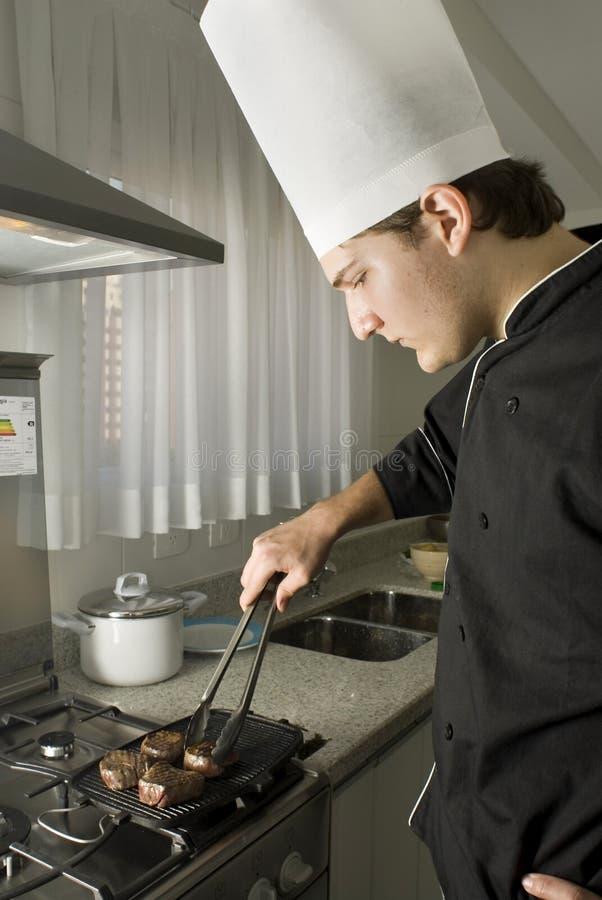 chef grilling steaks στοκ εικόνες με δικαίωμα ελεύθερης χρήσης