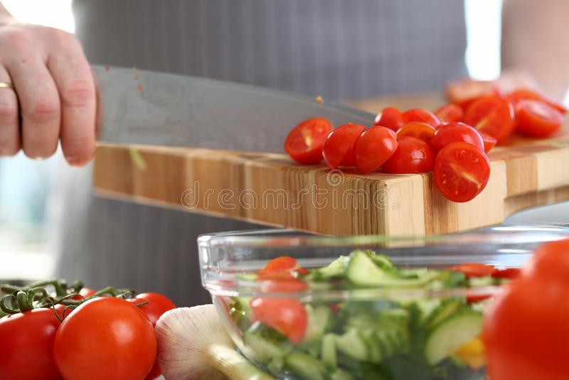 Chef Hands Pouring Cherry Tomato Cucumber Salad lizenzfreie stockfotos