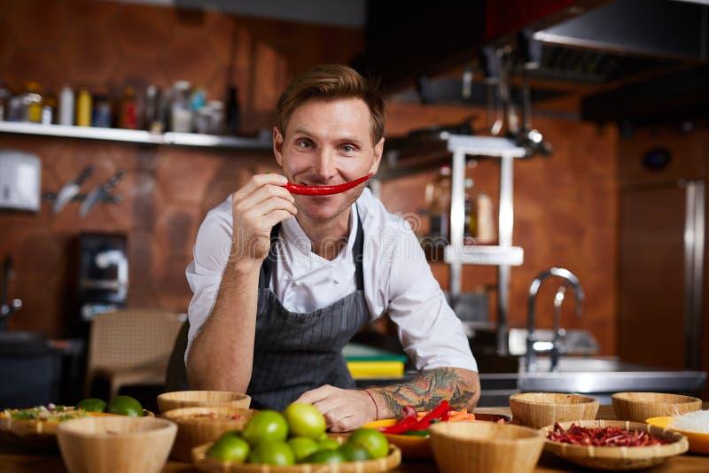 Chef Hoilding Red Pepper images libres de droits