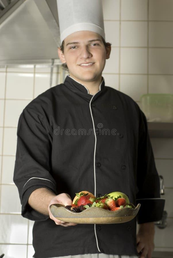 Chef-Holding-Frucht lizenzfreie stockfotos