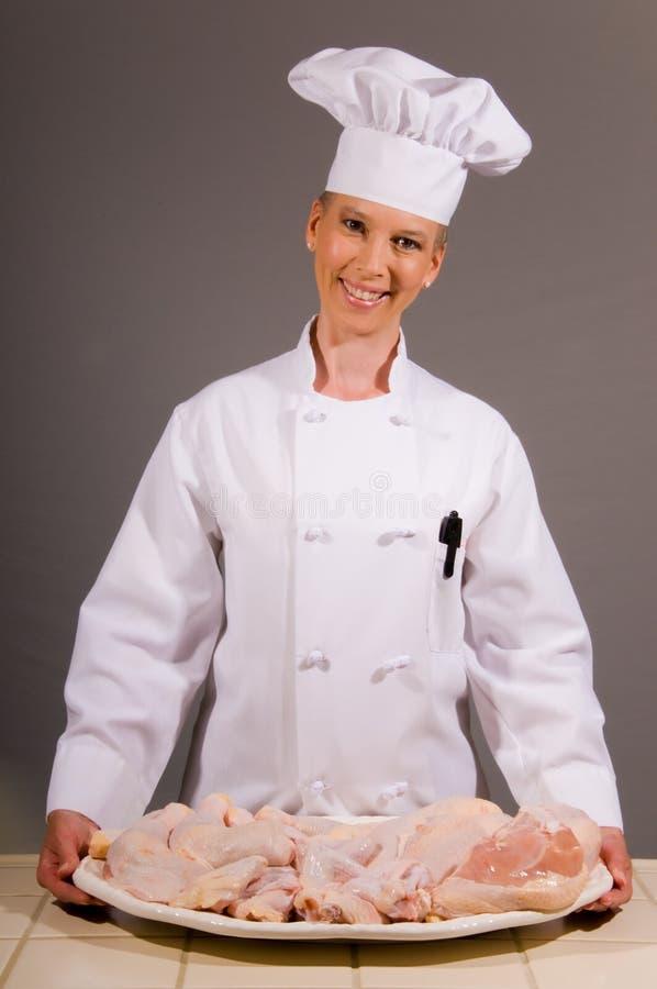 Chef-Holding-Huhn-Mehrlagenplatte lizenzfreie stockbilder