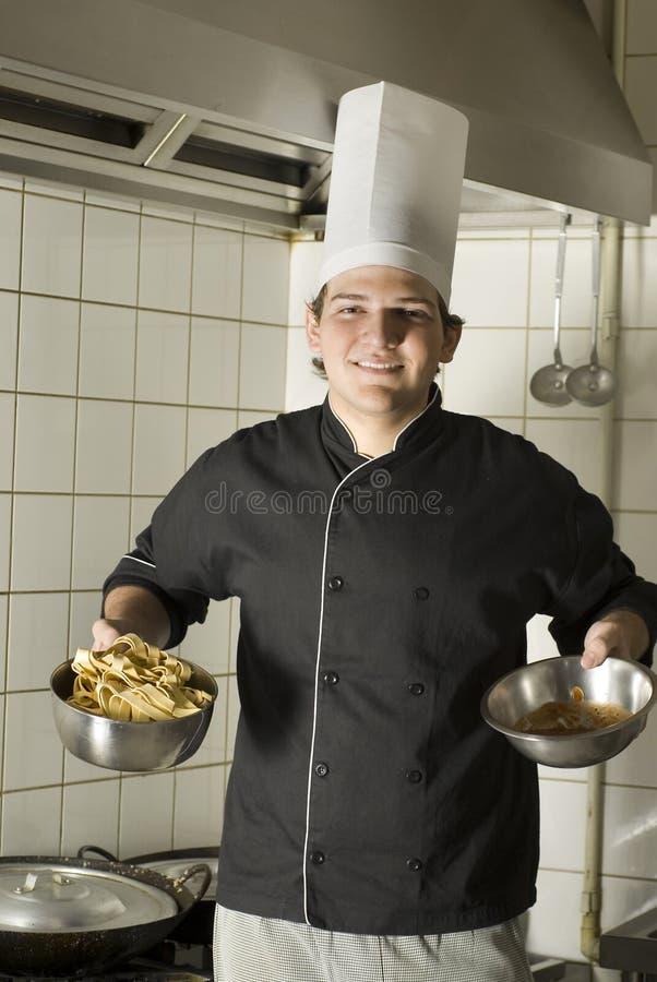 Chef-Holding-Nudeln lizenzfreies stockbild