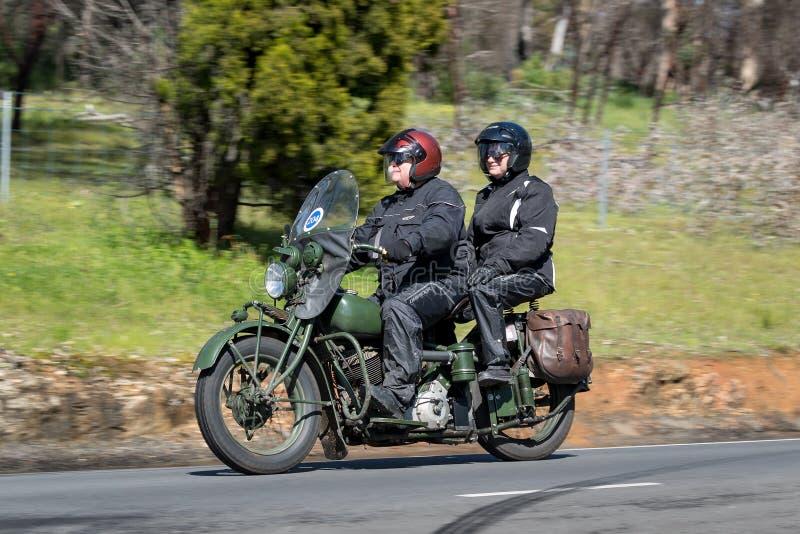 1944 chef indien - moto militaire sur la route de campagne images stock