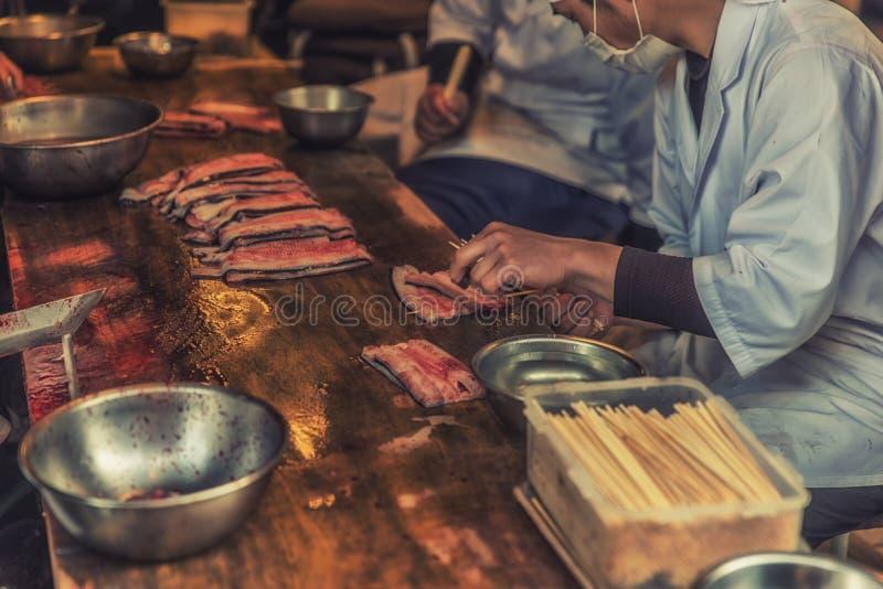 Chef japonais préparant des poissons d'Unagi pour le repas photos libres de droits
