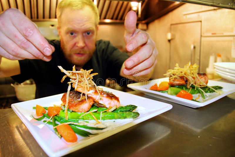 Chef-kok aan het werk in kleine keuken royalty-vrije stock foto