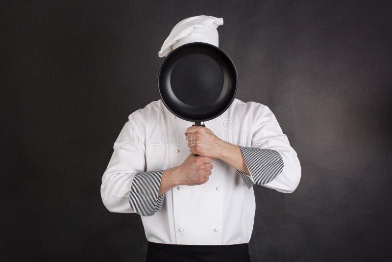Chef-kok achter pan royalty-vrije stock fotografie