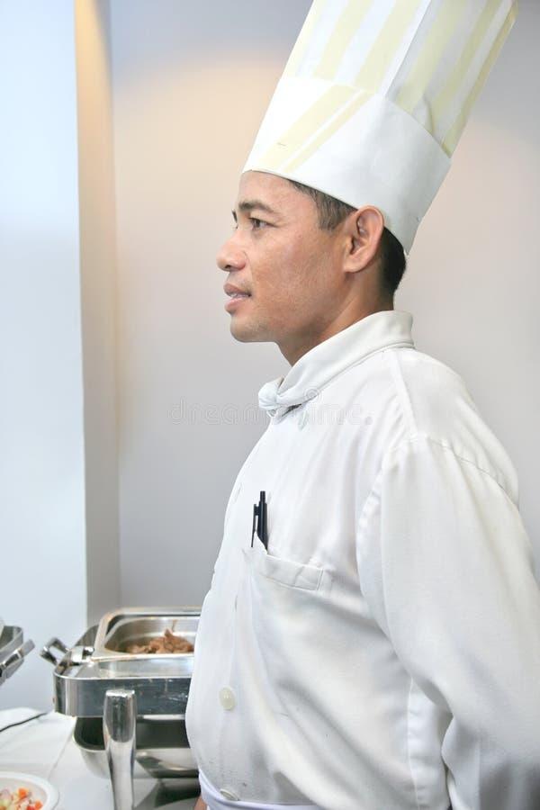 Chef-kok bij buffet royalty-vrije stock afbeeldingen