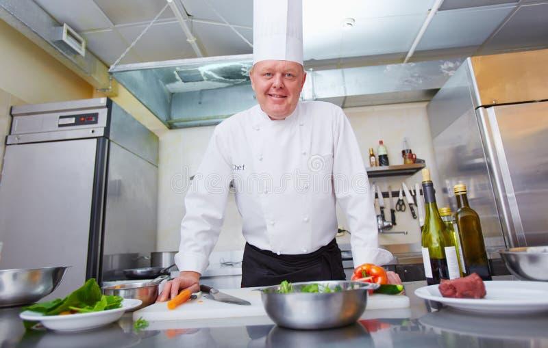 Chef-kok bij restaurant royalty-vrije stock fotografie