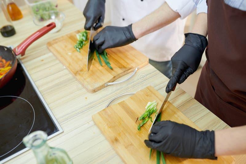 Chef-kok Cutting Ingredients Close omhoog royalty-vrije stock afbeeldingen
