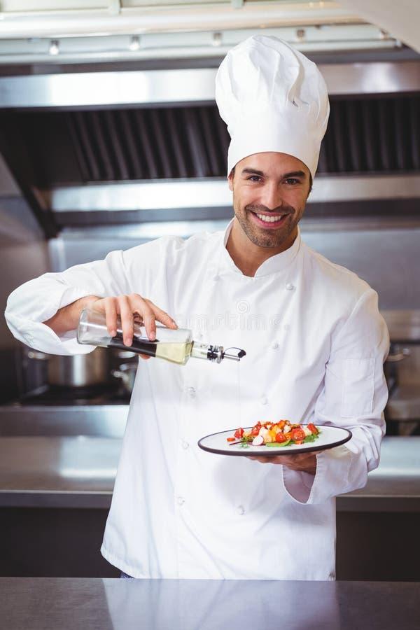 Chef-kok die afwerking op salade zetten royalty-vrije stock foto