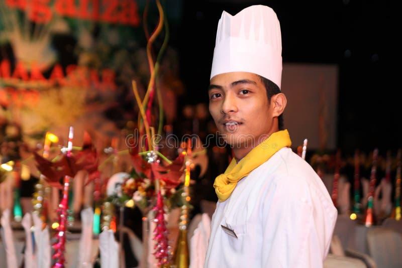 Chef-kok die bij het nieuwe buffet van het jaargalabanket glimlacht royalty-vrije stock fotografie