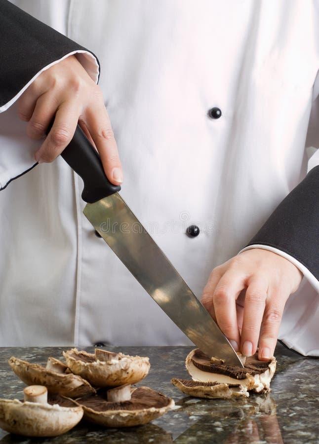 Chef-kok die Bruine Paddestoelen snijdt royalty-vrije stock foto