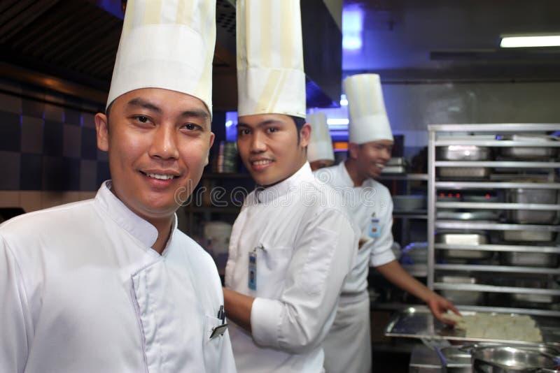 Chef-kok Die In De Keuken Werkt Royalty-vrije Stock Afbeeldingen