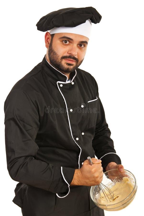 Chef-kok die deeg mengen stock fotografie