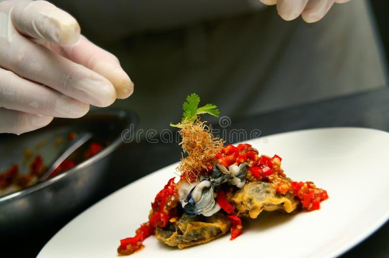 Chef-kok die Definitieve Aanraking doet stock foto